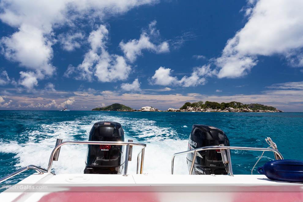 Widok z łodzi motorowej na wyspę Coco Island