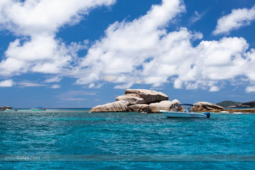 Widok z łodzi motorowej na wyspę Coco