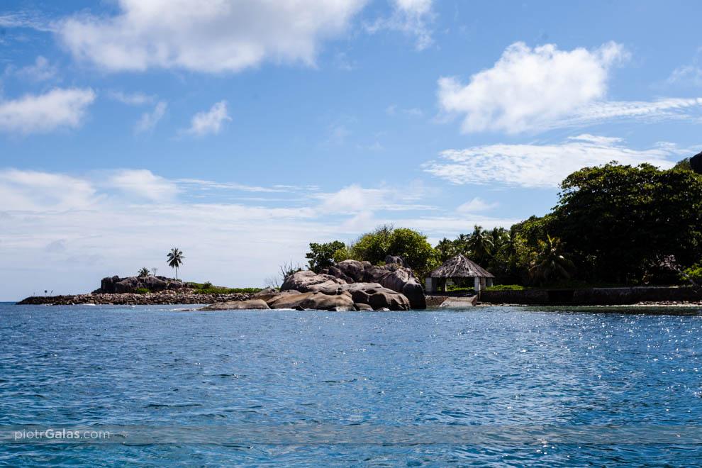 Widok z łodzi motorowej na wyspę Felicite