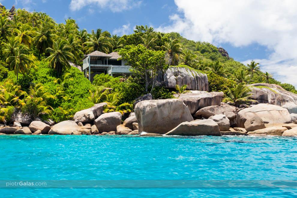 Widok z łodzi na wyspę Felicite