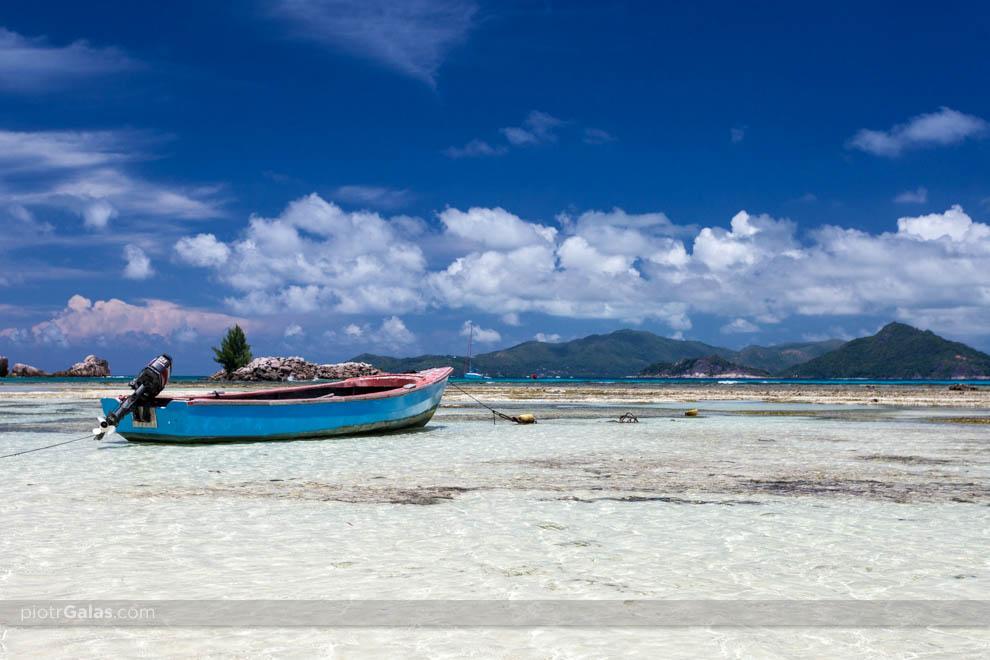 Łódź przy plaży La Passe,  a w tle widok na wyspę Praslin,