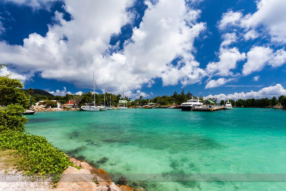 Łodzie i prom na wyspę Praslin w porcie na wyspie La Digue