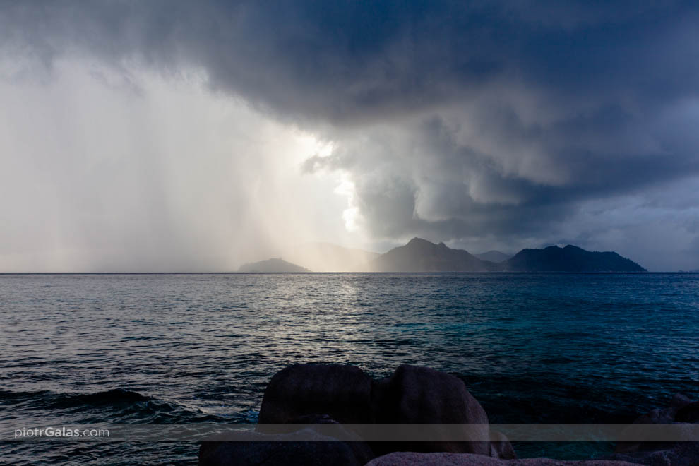 Chmura z intensywnym deszczem przechodzi nad wyspą Praslin - widok z plaży La Passe