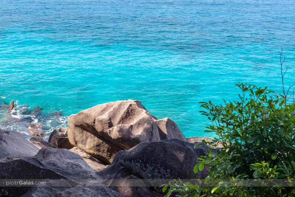 Głazy na plaży Anse Patates