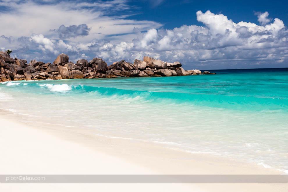 Głazy rozdzielające plażę Grand Anse od Petite Anse