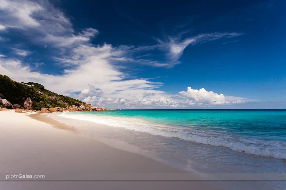 Głazy rozdzielające plażę Petite Anse od Anse Cocos