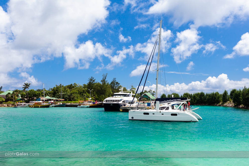 Katamaran i prom na wyspę Praslin w porcie na wyspie La Digue