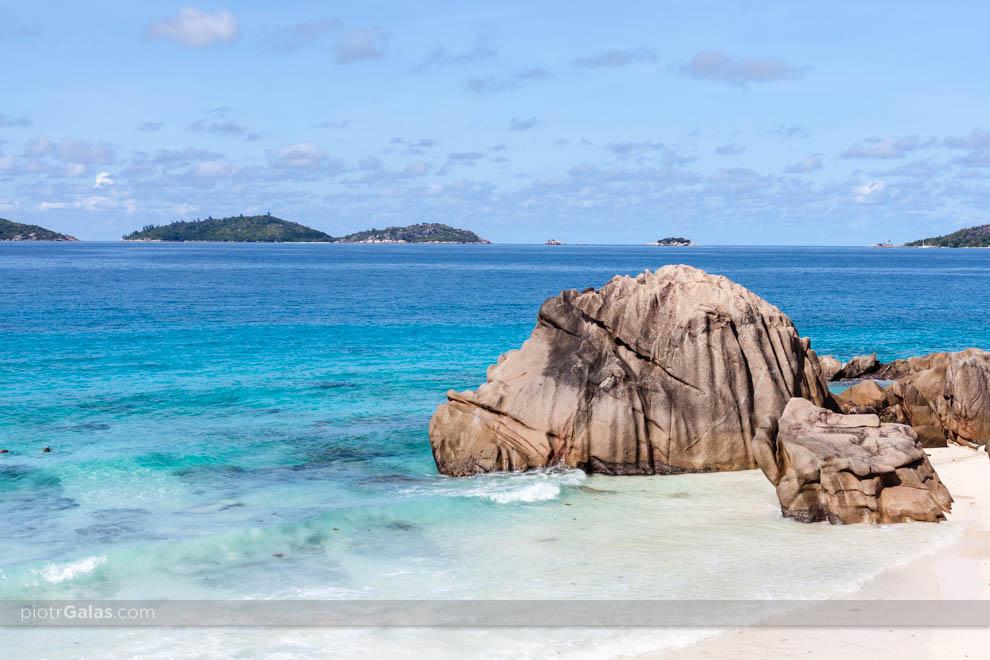 Plaża Anse Patates z charakterystycznymi głazami