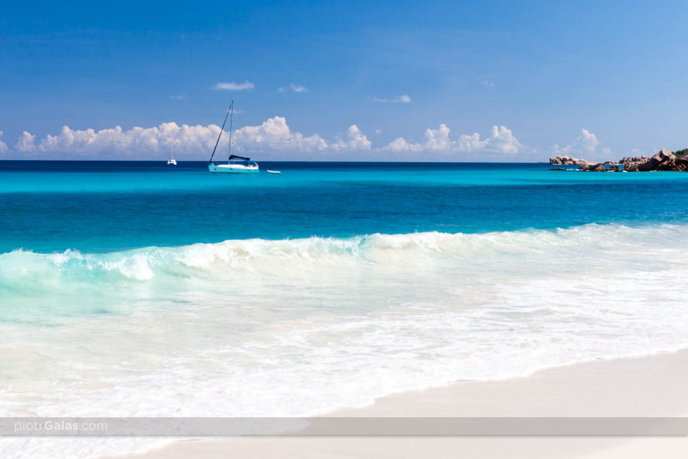 Widok na żaglówkę, głazy i Ocean Indyjski z plaży Petite Anse