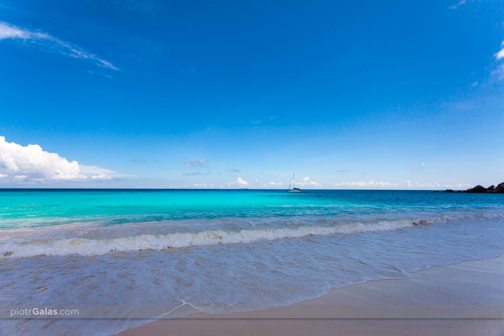 Widok na żaglówkę i Ocean Indyjski z plaży Petite Anse
