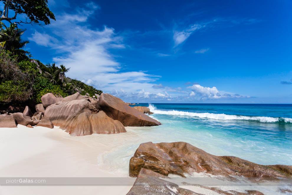 Widok na głazy i Ocean Indyjski z plaży Petite Anse