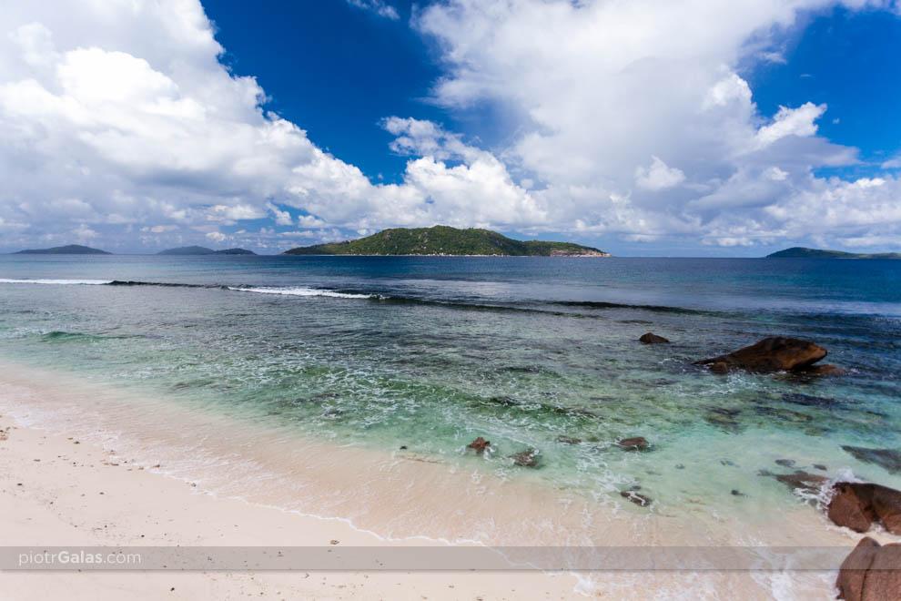 Widok na wyspę Felicite z plaży Anse Banane