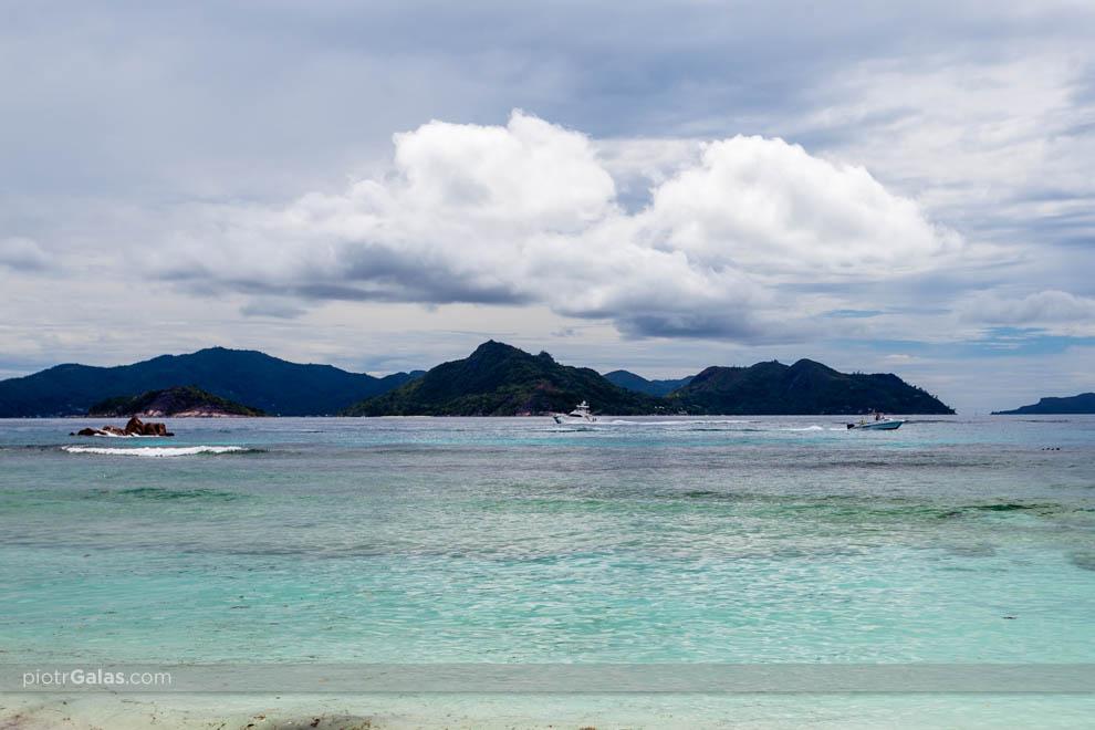 Widok na wyspę Praslin z plaży Anse Severe