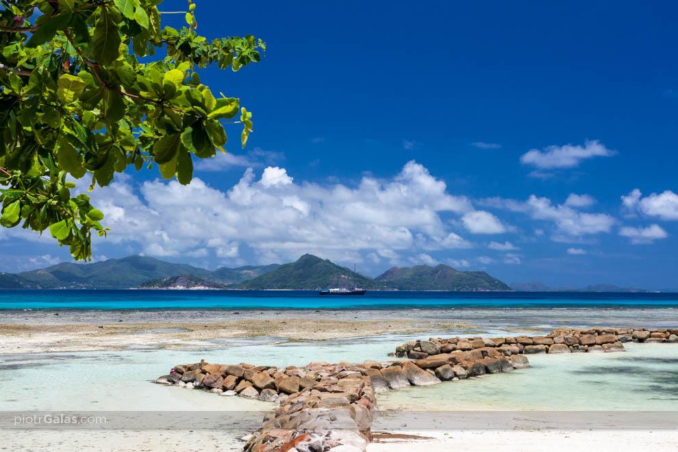 Widok na wyspę Praslin z plaży La Passe