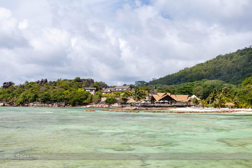 Widok z cypelka plaży La Passe na plażę i hotel Domaine de L'Ora