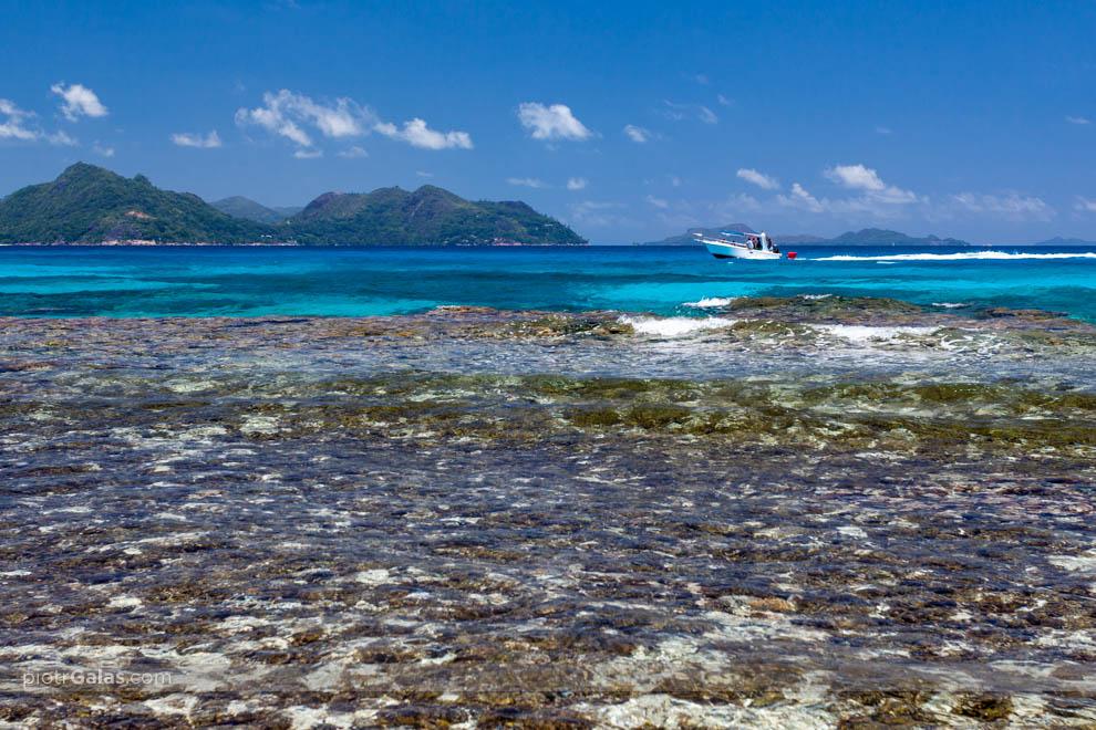 Widok z plaży Anse Severe na wyspę Praslin i Curieuse