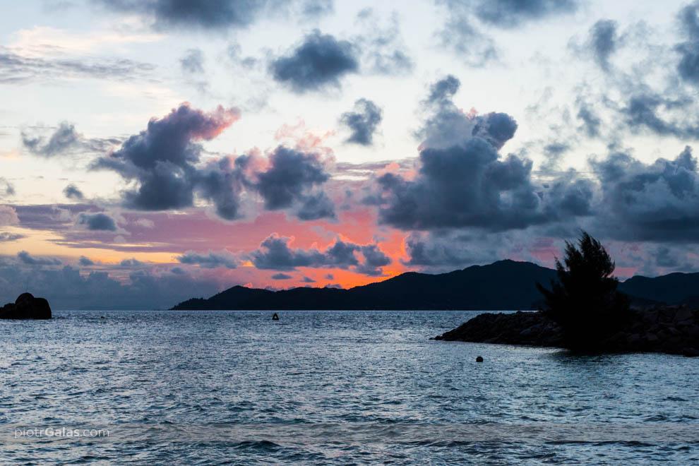 Widok z plaży La Passe,  o zachodzie słońca,