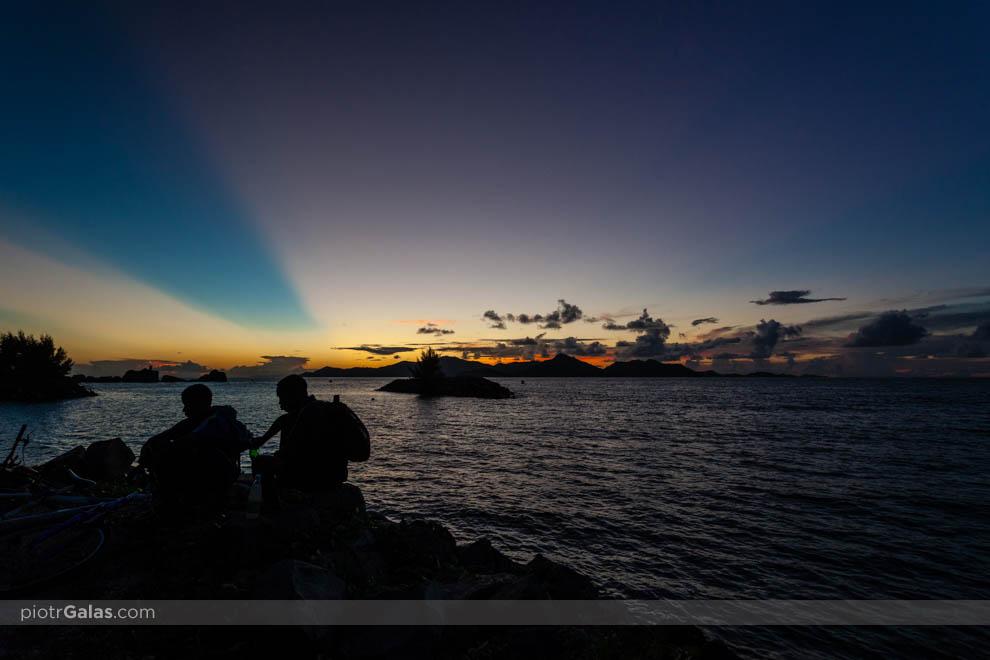 Zachód słońca nad Praslin i La Digue