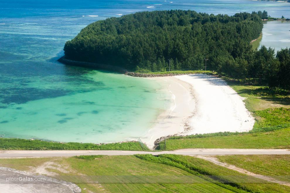 Widok z lotu ptaka na wybrzeże Mahe na skraju pasa lotniska