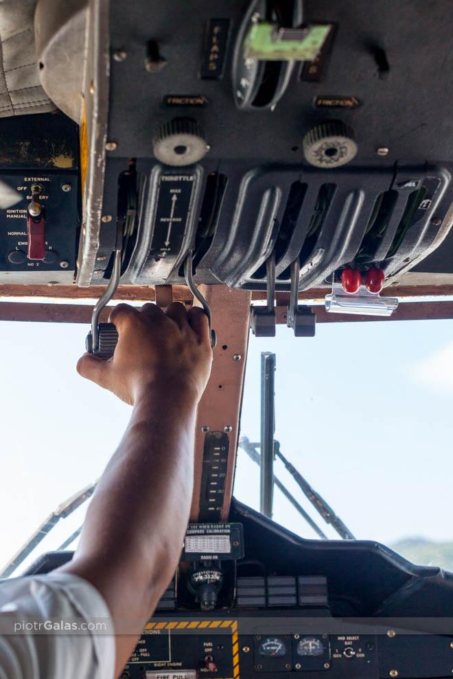 Pilot kontroluje siłę ciągu silników