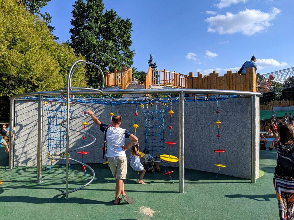 Park Ujazdowski z nowym placem zabaw - przeszkody do wspinaczki