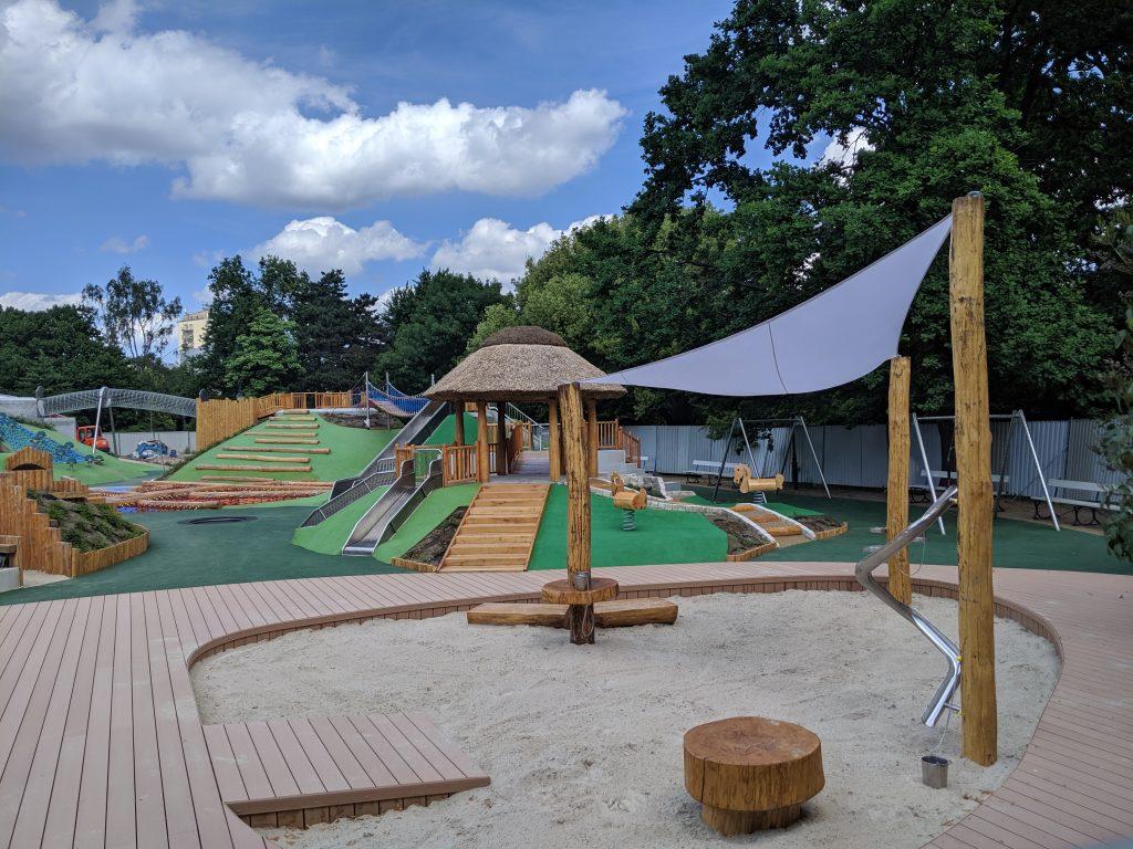 Park Ujazdowski jest pełen specjalnie zaprojektowanych dla niego zabawek dla dzieci